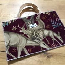 Tasche - EUR 199 - Mit einem exklusiven Accessoire veredelt: An der Seite der Tablettasche ist jeweils ein Metallanhänger in Form eines Wolfes eingearbeitet